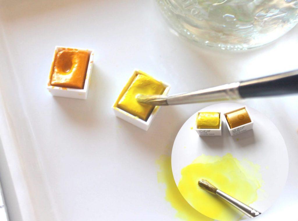 Ecco come si presentano gli acquerelli secchi in formato godet. Colore giallo limone Cotman