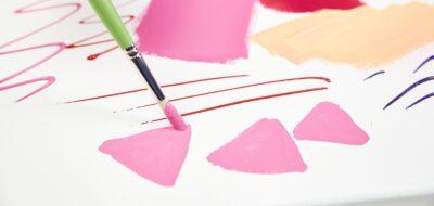 Pennello con colori acrilici