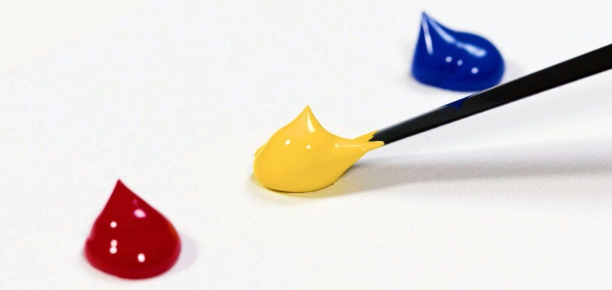 Tre gocce di vernice con colori primari
