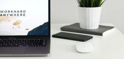 Computer appoggiato sul tavolo con sito web