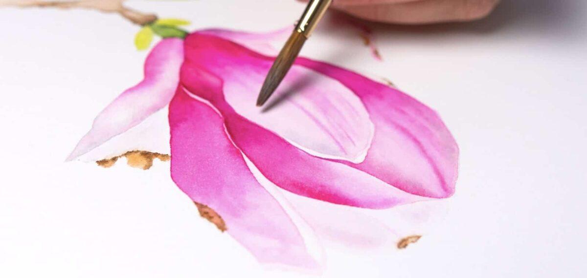 Immagine della magnolia con pennello e mano dell'artista