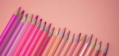 Matite colorate di rosa su sfondo rosa