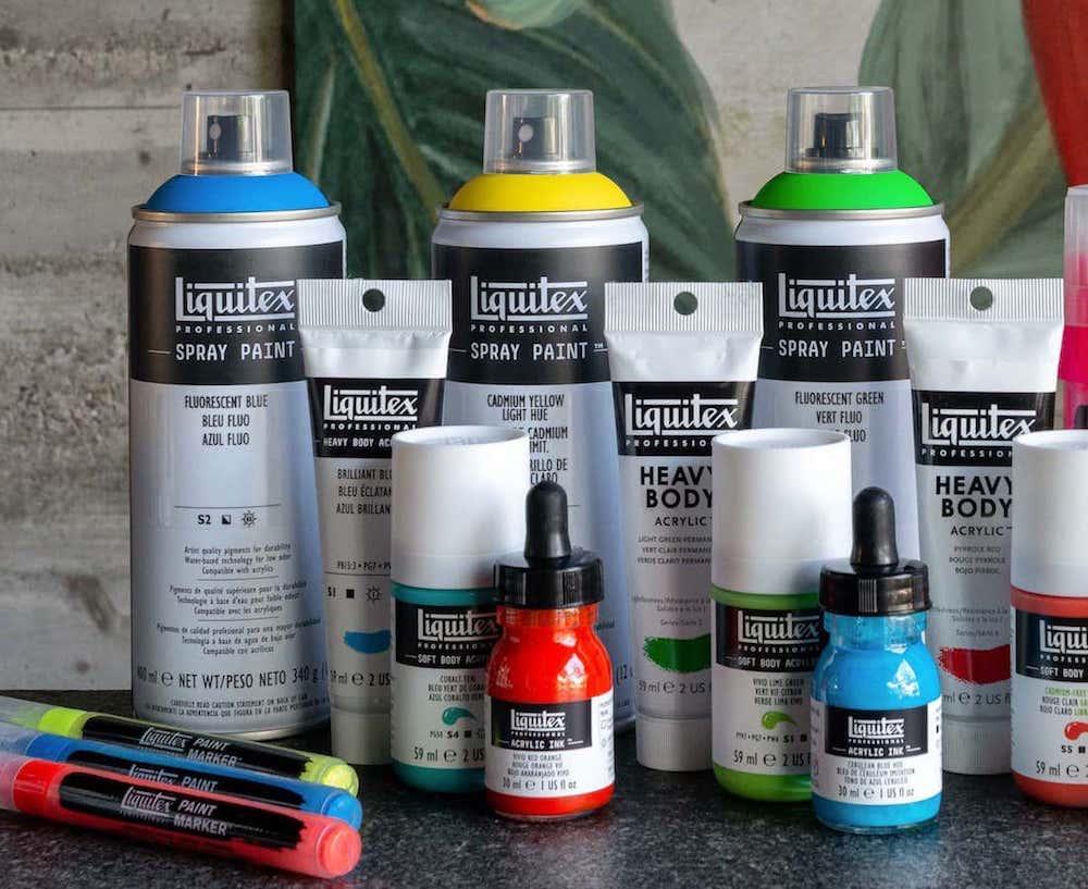 Vari formati di colori acrilici: bombolette, spray, boccette in vetro e marker